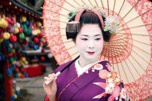 Geisha kimono und pinker Schirm mit Haarschmuck