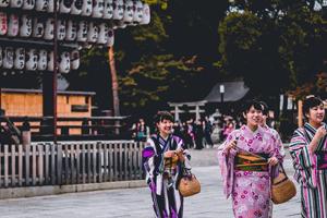 Verschiedene Kimono Farben getragen von 3 Frauen