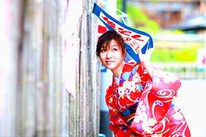 Frau im Kimono unter Banner Kimono Schnittmuster
