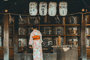 Frau in Tomesode Kimono am Schrein