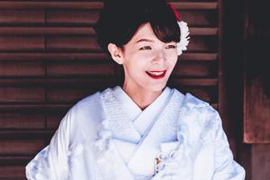 Frau in Weißem Houmongi Kimono