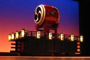 Traditionelle Taiko Trommel auf einer Bühne beleuchtet duch viele Laternen - Kimono Japanische Trommel