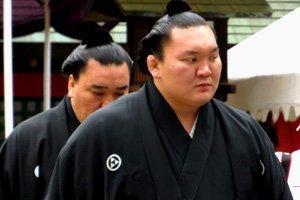 Sumoringer im edelen Kimono Montsuki
