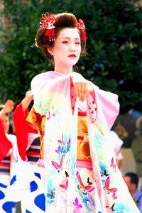 Eleganter Schmetterling Kimono getragen von einer Geisha auf einem Straßenfest.