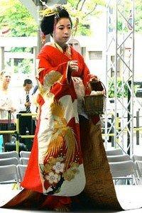 Frau im edelen furisode Kimono