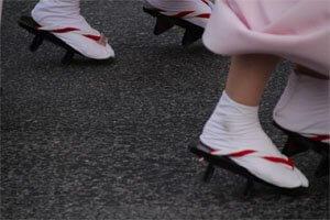 Japanische Fußbekleidung die von frauen auf einem straßenfest getragen werden.
