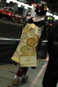 Geisha im hikizuri Kimono auf der Straße