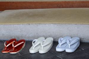 drei verschiedene japanische fußbekleidungs paare