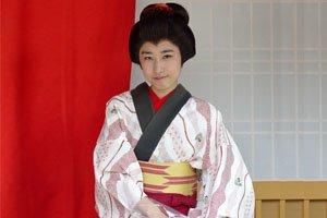 Frau im kakeshita Kimono