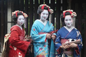 Geishas in verschiedenen kimono arten