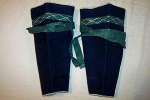 Japanische Fußbekleidung - schienbeinschutz in dunkelblau mit grünen stoffstreifen.