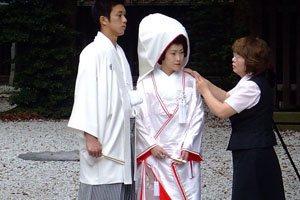 Frau in shiromuku Kimono bei ihrer Hochzeit