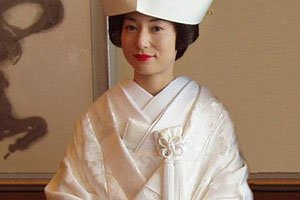 frau im weißen tsukesage Kimono