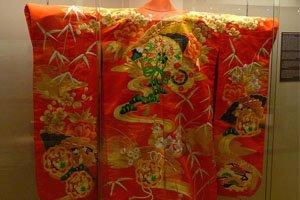 altes uchikake Kimono in rot mit bunten mustern