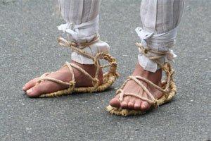 Japanische Fußbekleidung Waraji die von jemandem auf der straße getragen werden.