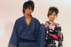Mann im blauen yukata und frau in einem bunten yukata