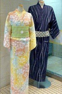 Ein Pinkgelber Yukata links für die frau. EIn Blauweißer Yukata für den Mann.