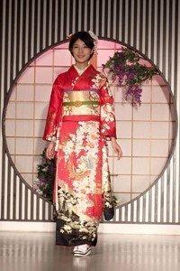 Frau im roten Yukata