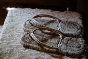 Japanische Fußbekleidung zori die auf einem stein liegen.