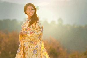 Ehefrau im Gelben Kimono bei Sonnenaufgang