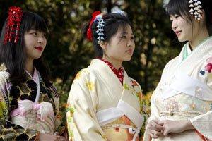 Drei Frauen mit Kimonogürtel