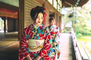 Schöne Frau im Furisode Kimono mit Obi