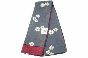 Blauer Hanhaba Kimonogürtel mit weißen Blumen Motiven.