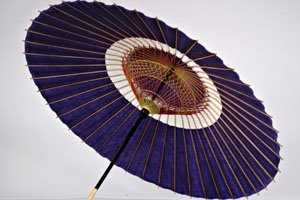 Lilaner ja no me kasa Regenschirm mit einem Goldenen kopfstück. Es wird von unten angezeigt und ist ziemlich groß.