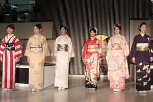 6 Frauen mit Kimonos und Kimonogürtel