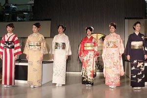 6 Frauen mit Kimonos und Kimonogürtel Kimono Schnittmuster