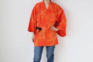 dochougi Kimono Jacke in Orange getragen von einer frau in jeans.