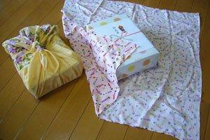 2 Furoshiki die benutzt werden um eine Box zu verpacken.