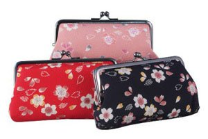 Gamaguchi in drei verschiedenen Farben. Blau, Pink und Rot mit Blumen Motiv.