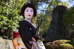 Geisha im Schwarzem Kimono.