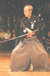 Hakama tragender Kampfsportler mit Schwert