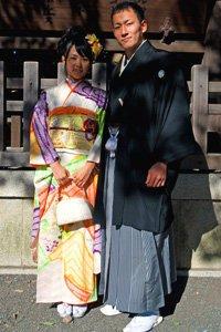 Hakama Hosenrock Tragendes Paar vor einem Schrein.