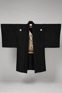 Haori Kimono Jacke in Schwarz mit 2 Kamon auf den Ärmeln.