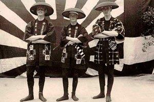Drei Männer in Happi Kimonos mit Hüten.