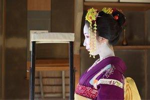 Hikizuri Kimono Geisha im Zimmer