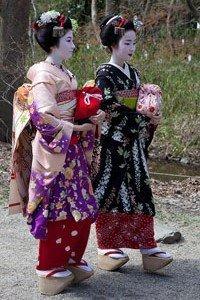Hikizuri Kimono zwei Geishas die durch einen Park laufen