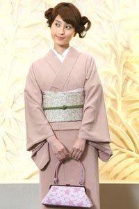 Frau im Hellpinkem Iro Muji Kimono mit Tasche.