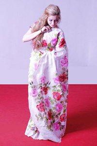 Eine Europäische Frau im Pinken Kimono.