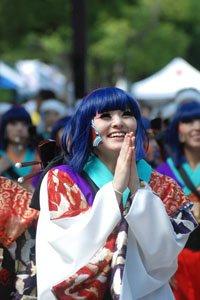 Kimono Stoffe Frau im Kimono mit Blauen Haaren.
