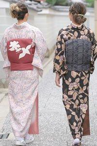 Zwei Frauen mit Komon Kimono und schönen Obi Gürteln