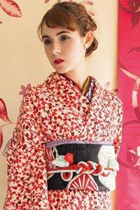 Frau im weiß roten Komon Kimono