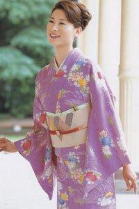 Lila Komon Kimono mit Blumen Motiv.