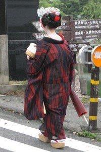Michiyuki Kimono Jacke getragen von einer Geisha.