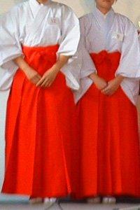 Frauen im Roten Hakama
