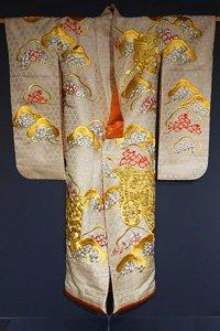 Uchikake mit goldenen mustern