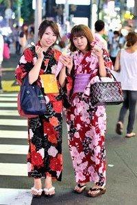 Uppawari Kimono Jacke getragen von 2 Frauen auf der Staße.